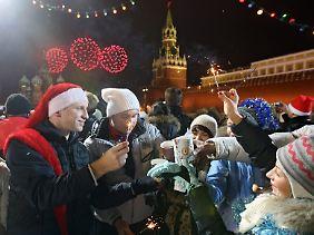 Am Silvesterabend treffen sich viele Moskauer auf dem Roten Platz.