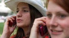 Vor allem junge Menschen nutzen ihre Handys ausgiebig.
