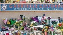 Blumen und Kerzen vor dem Büro der Abgeordneten in Tucson.