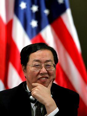 Chinas Zentralbankchef Zhou Xiaochuan freut sich sichtlich.