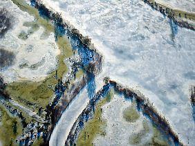 Die Luftaufnahme zeigt die zum Teil mit Eis bedeckte Oder südlich von Schwedt.