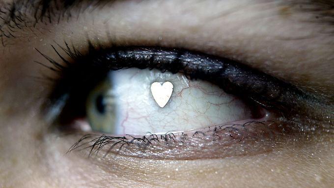 Ein Herz aus Platin hat sich diese Frau in die Hornhaut des Auges einsetzen lassen. Der letzte Schrei des Körperschmucks kostete sie damals (2004) 500 Euro.