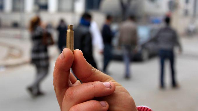 Ein Demonstrant in Tunis zeigt eine Patronenhülse zum Beweis, dass auf Protestierende geschossen wurde.