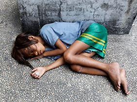 Ein bettelndes Kind in Manila.
