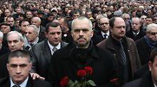 Hunderte gedenken der drei erschossenen Demonstranten. (in der Mitte: Edi Rama, Chef der Opposition)