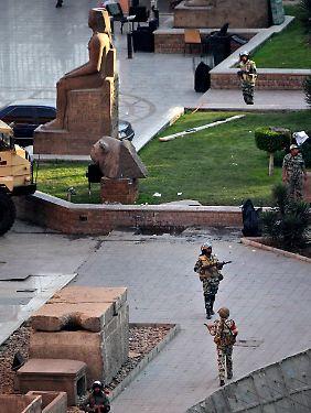 Ägyptische Soldaten patroullieren auf dem Gelände des Ägyptischen Museums in Kairo, um es vor Beschädigungen durch die Unruhen zu schützen.