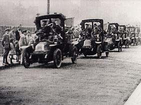 Marne-Taxis von Renault sind 1914 auf dem Weg Front.