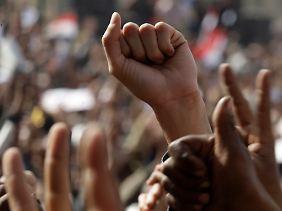 Die Faust erhoben gegen Mubarak.