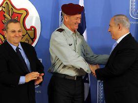 Barak (links) und Netanjahu (rechts gratulieren Gantz zu seinen neuen Aufgaben.