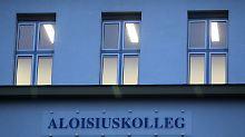 Allmählich wird klar, was hinter den Mauern des Aloisius-Kollegs geschah.