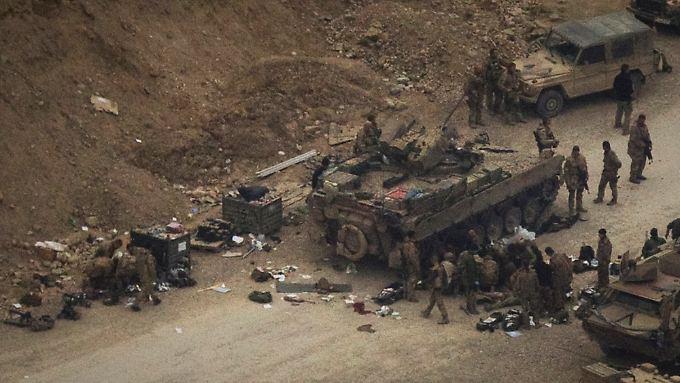 Deutsche und US-Soldaten versuchen, den Verletzten zu helfen.