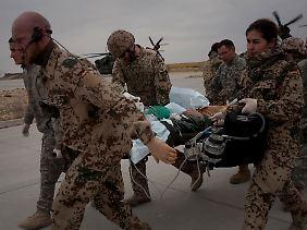 Ein Verletzter wird ins Krankenhaus gebracht.
