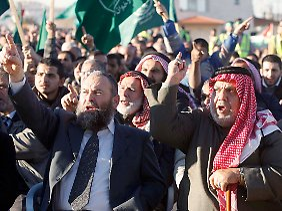 Demonstranten gehen im jordanischen Amman gegen die Regierung auf die Straße.