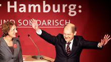 Kann wohl allein regieren: SPD-Spitzenkandidat Scholz (mit Ehefrau Britta Ernst) erobert das Hamburger Rathaus.