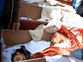 Särge mit getöteten Demonstranten. Auch diese Bilder sollen in Bengasi gemacht worden sein.