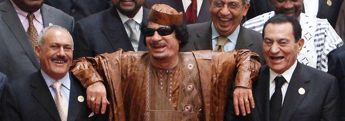 Libyens Staatschef Gadaffi lehnt sich beim Arabisch-afrikanische Gipfel im Oktober 2010 in Sirt auf die Schultern des ägyptischen Präsidenten Mubarak und Jemens Präsidenten Saleh.