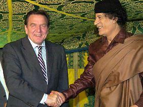 """Auch Bundeskanzler Schröder machte dem """"Oberst"""" seine Aufwartung im Beduinenzelt."""