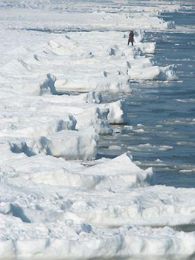 Nicht ganz ungefährlich: Eine Wanderung auf dem Ostseeeis.