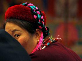 Eine Vertreterin der tibetischen Provinzdelegation beim chinesischen Volkskongress in Peking.