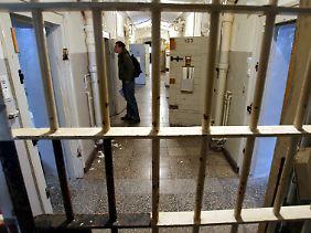 Blick durch eine Gittertür in der früheren Stasi-Haftanstalt in der Andreasstraße in Erfurt: Seit den 50er Jahren hatte das MfS hier Verdächtige in U-Haft gebracht und verhört.