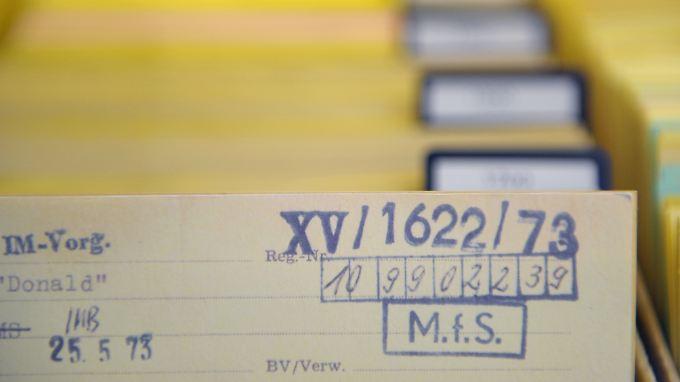 """Eine Karteikarte mit dem Stempelaufdruck """"MfS"""" ist im Bildungszentrum der BStU-Behörde in Berlin-Mitte als Teil der Dauerausstellung """"Stasi. Die Ausstellung zur DDR-Staatssicherheit"""" in einem Glaskasten zu sehen."""