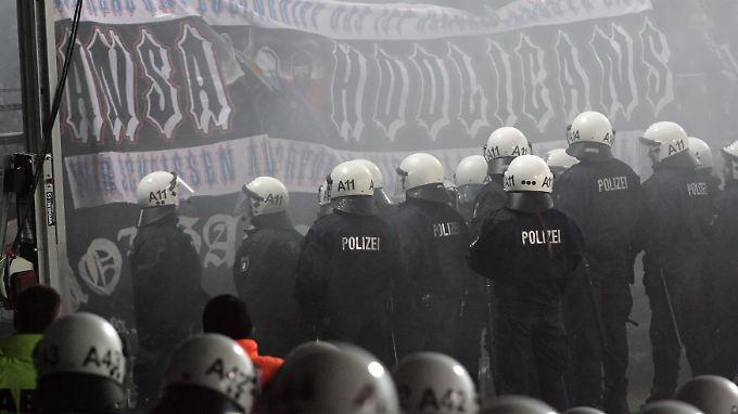 Gewalt und Randale im Fußball - es gibt sie immer noch: März 2009 St. Pauli gegen Hansa Rostock.