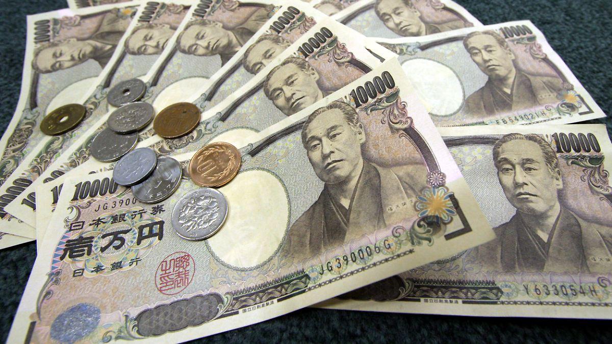 Die US-Währung verlor daraufhin vor allem zum japanischen Yen, aber auch zu anderen Währungen an Wert. Dabei kam es vorübergehend zu kurzen, sehr grossen Schwankungen - .