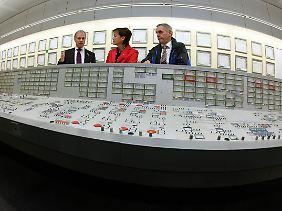 RWE-Vorstand Jäger (l) erklärt in der zentralen Warte des AKW Biblis der hessischen Umweltministerin Lucia Puttrich (M) Details der Anlage. Kraftwerksleiter Hartmut Lauer hört zu.