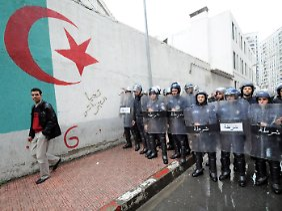 In Algerien werden die Proteste durch ein massives Polizeiaufgebot im Keim erstickt.
