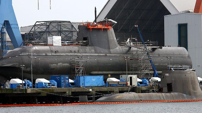 Zwei U-Boote sind am Anleger und auf dem Werftgelände der HDW-Werft in Kiel zu sehen.