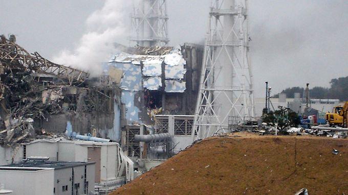 Helikopter und Wasserwerfer sollen die Reaktoren 3 (l) und 4 (r) kühlen.