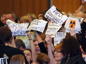Am Abend trat Merkel in Waldshut-Tiengen bei einer Wahlkampfveranstaltung auf. Begrüßt wurde sie von Atomkraftgegnern.