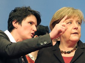 Tanja Gönner (l) verteidigt den Kurswechsel ihrer Chefin Angela Merkel.