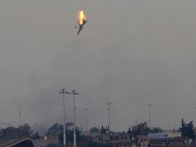 Über Bengasi geht ein Kampfflugzeug in Flammen auf.