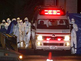 Die verstrahlten Arbeiter werden ins Krankenhaus gebracht.