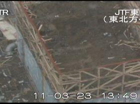 Es ist kaum zu glauben, dass sich hier noch Arbeiter befinden. Der zerstörte Reaktor 1 in Fukushima.