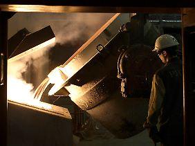 Heiß wie flüssiges Aluminium, also mindestens 660 Grad Celsius: Weil Alu früher schmilzt als Stahl, brauchen Rusal-Arbeiter keine Hitzeschutzanzüge.