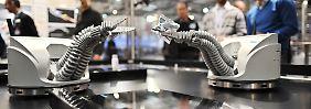 Bisher können in der Industrie eingesetzte Roboterhände nur greifen. (Archivbild)