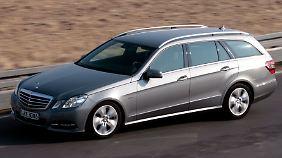 Luxusdampfer: Das T-Modell dieser E-Klasse bringt knapp zwei Tonnen auf die Waage.