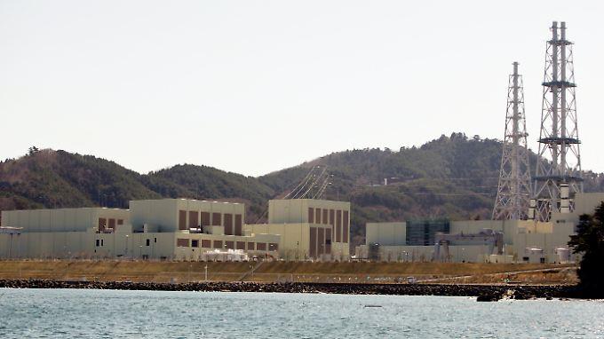 Außenaufnahme der Reaktoren 1, 2 und 3 (v.l.) des Atomkraftwerks Onagawa (Archivaufnahme vom 01.04.2011).