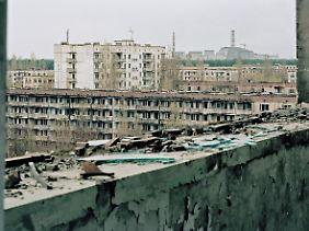 Wohnblocks in Pripjat, im Hintergrund das inzwischen abgeschaltete AKW.