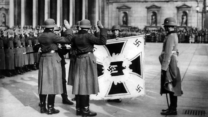Vier Rekruten der deutschen Wehrmacht schwören während der NS-Zeit in Deutschland den feierlichen Fahneneid.