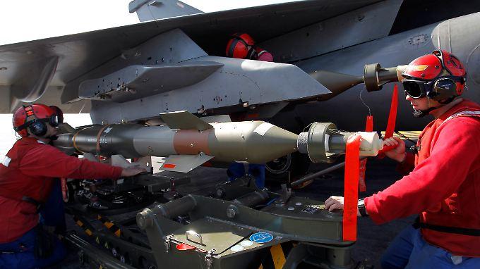 Munition an einem französischen Rafale-Jet wird angebracht.