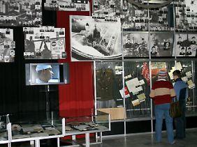 Besucher im Tschernobyl-Museum in Kiew informieren sich über die Atomkatastrophe.