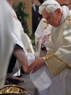 Gründonnerstag im Vatikan: Der Papst wäscht die Füße von Priestern.