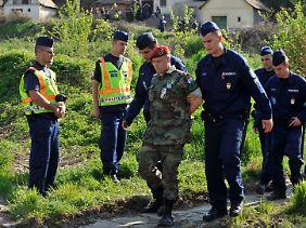 Die Polizei nahm acht Rechtsradikale fest.