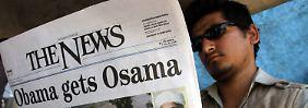 """In Peschawar liest ein Pakistaner eine Ausgabe der englischsprachigen Zeitung """"The News""""."""