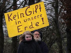 """Bürger der Interessengemeinschaft """"Schönes Lünne"""" demonstrieren vor der Baustelle zur Erdgasprobebohrung des Energieerzeugers ExxonMobil."""