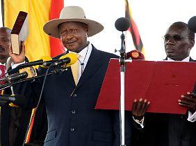 Der neue alte Präsident schwört den Amtseid: Yoweri Museveni sollte den Text mittlerweile auswendig kennen.