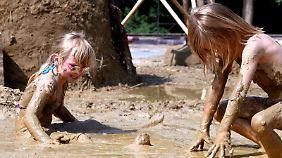 Wer seine Kinder auch mal im Dreck spielen lässt, senkt ihr Allergierisiko.